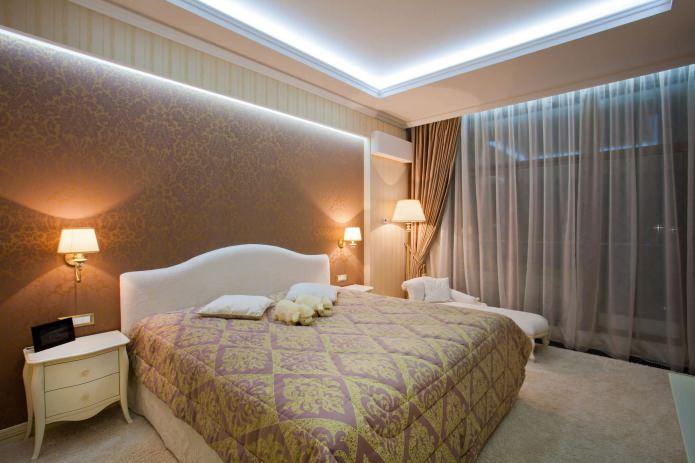 натяжной потолок в спальне подсветкой