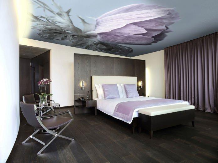 натяжной потолок в спальне с фотопечатью