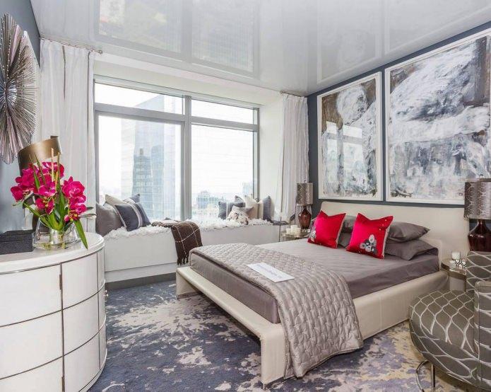 одноуровневый глянцевый натяжной потолок в спальне белого цвета