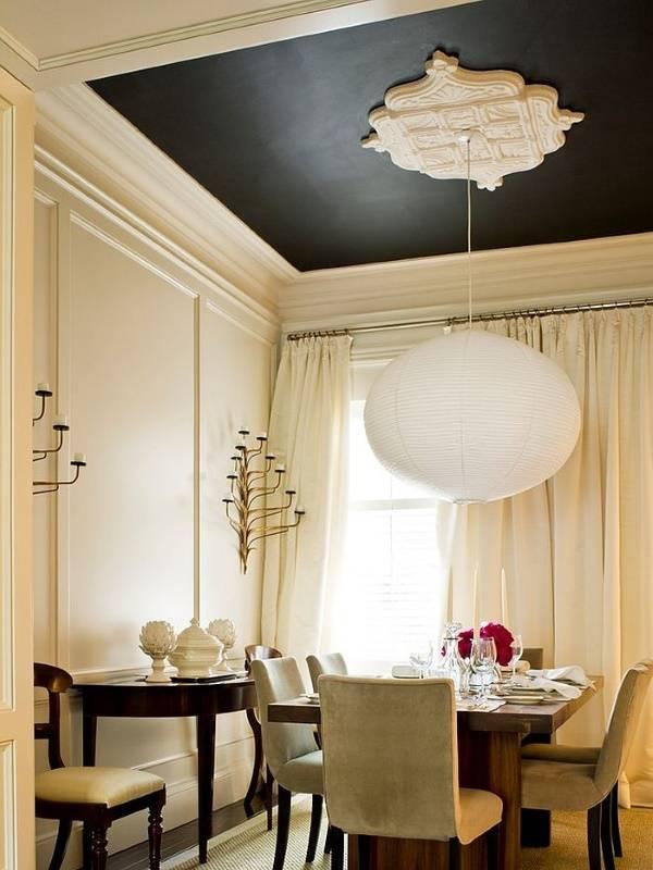 Черный потолок с белой лепниной