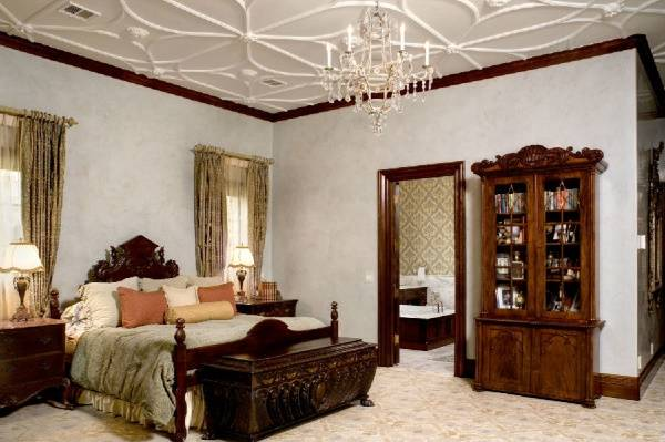 Потолок с лепниной в спальне