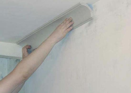 как правильно крепить галтель к потолку