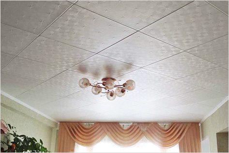 Потолок, отделанный плиткой из полистирола