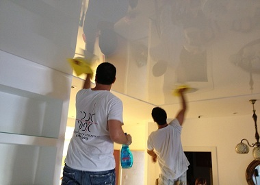 Чем мыть глянцевые натяжные потолки без разводов фото