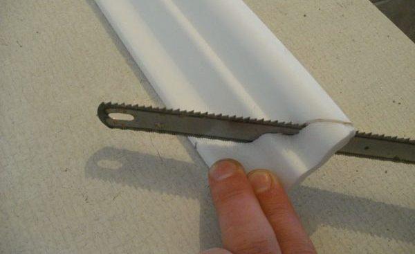 Чем резать плинтус для потолка?