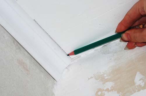 Как обрезать потолочный плинтус с помощью разметки на потолке 1