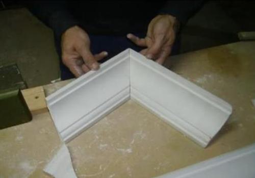 Проверяем стыковку потолочных плинтусов в углах