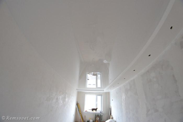 Глянцевый натяжной потолок, отражение позволяет визуально увеличить высоту потолка