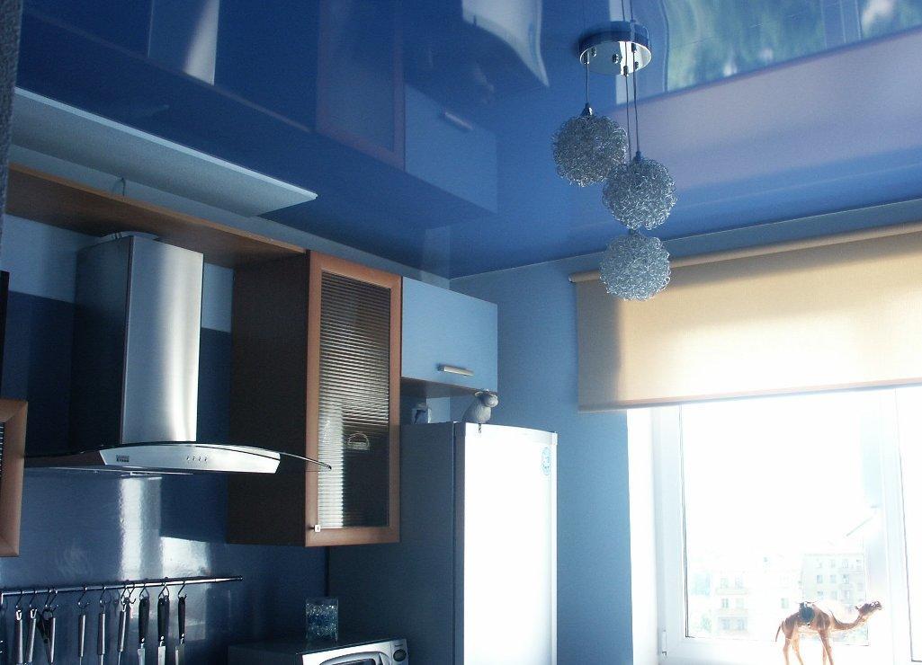 Натяжной потолок является более дорогостоящим, потому что в интерьере он смотрится элегантней и красивее