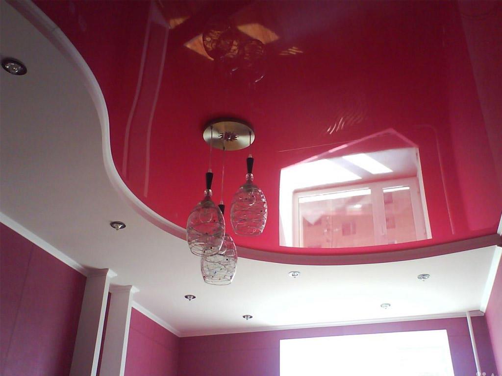 Многие предпочитают выбирать натяжные либо гипсокартонные потолки, потому что они характеризуются высоким качеством и надежностью