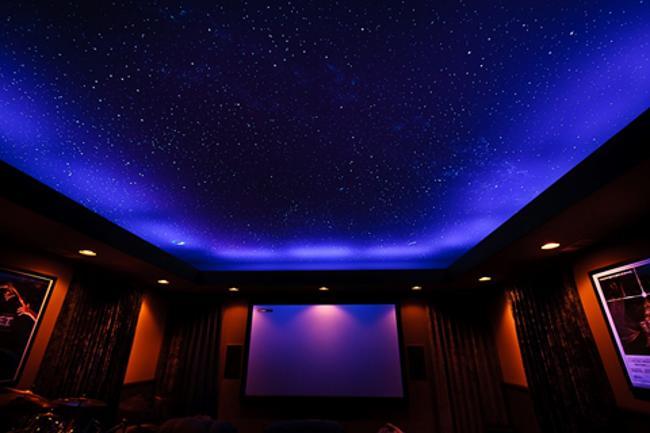 звездное небо под натяжным потолком из светодиодных лент