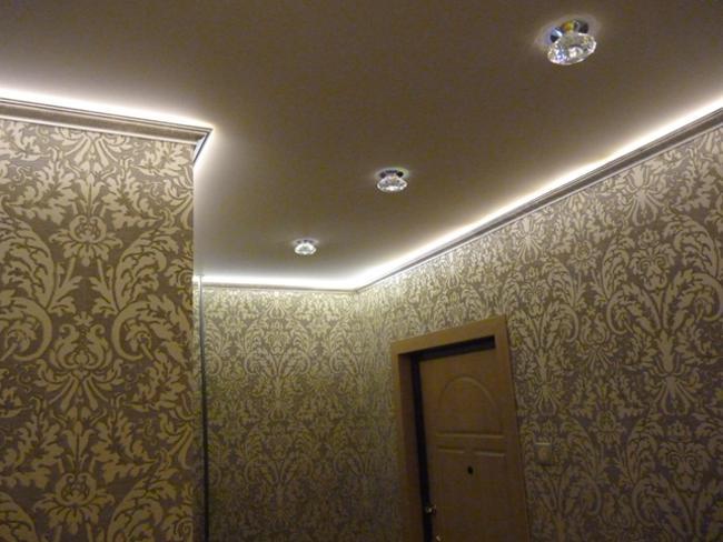 светодиодная лента по периметру натяжного потолка в прихожей