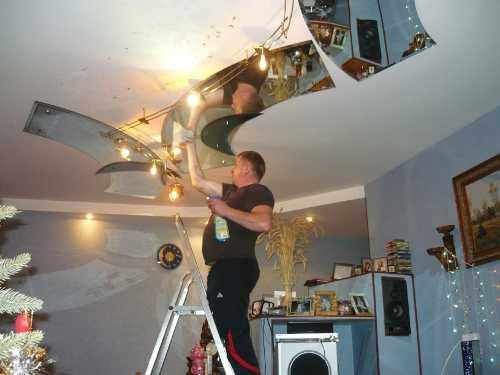 Монтаж зеркального потолка