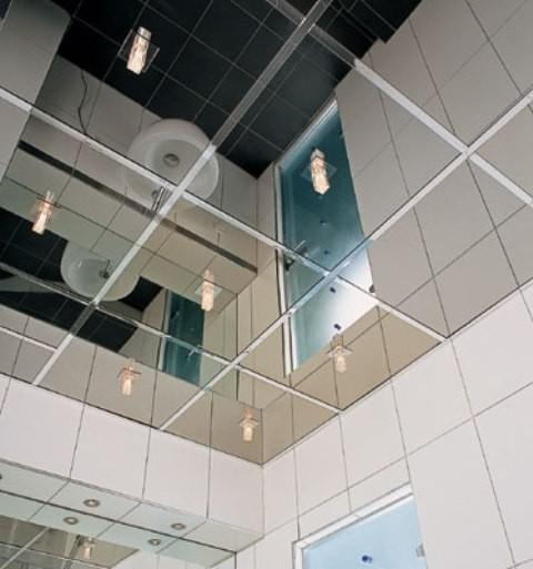 Зеркальная плитка на потолке в ванной