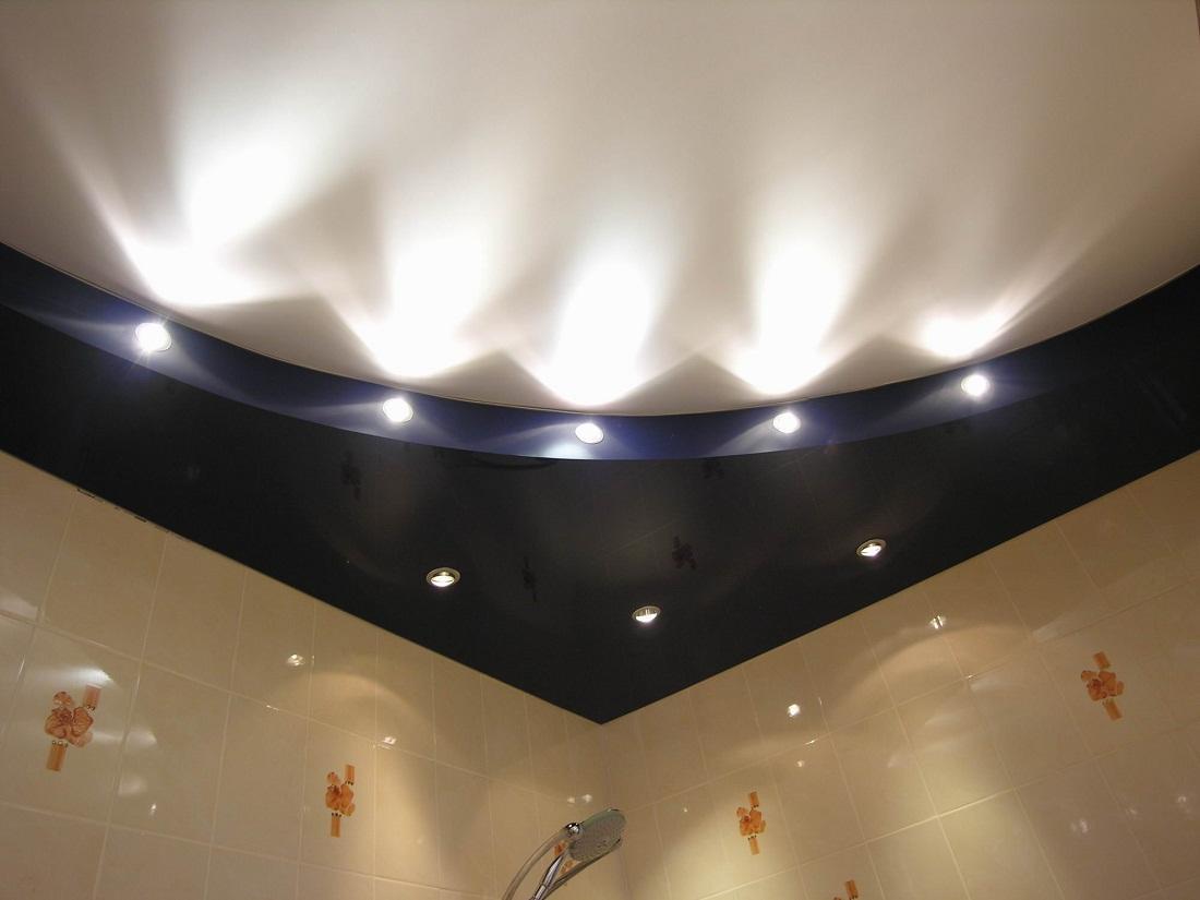 Если ванная комната небольшая, то в качестве освещения рекомендуется применять точечные светильники