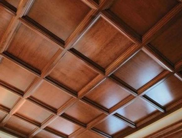 отделка потолков в деревянном доме устройство
