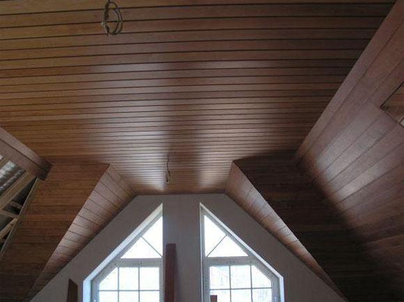 отделка потолков в деревянном доме особенности