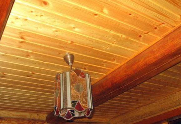отделка потолка в деревянном доме своими руками