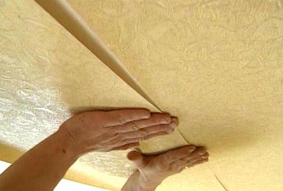 как поклеить потолок обоями