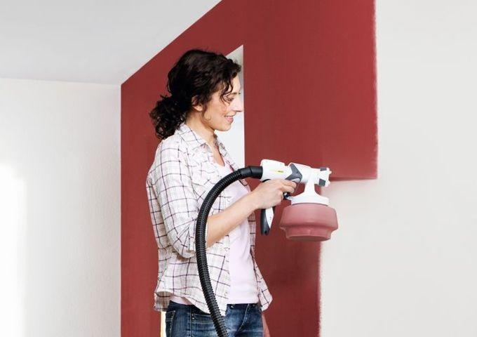 Использование краскопульта позволяет сберечь ваши силы и значительно упростить покраску потолка и стен в вашей квартире.