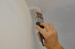 Как красить потолок кистью