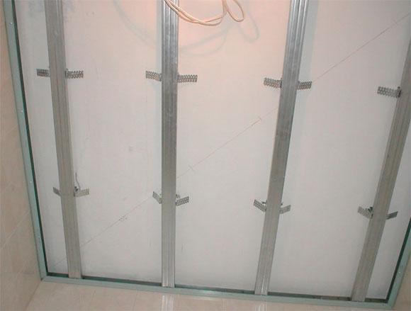 отделка потолка стеновыми панелями