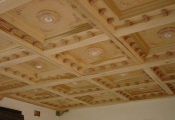 Сложнейший потолок с элементами из дерева