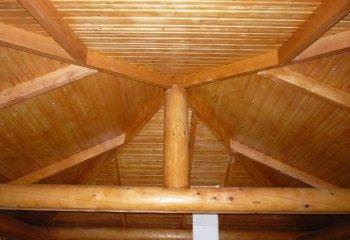 Сложной формы потолок из деревянной вагонки