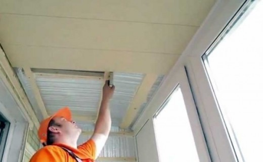 На фото показан процесс утепления потолка на балконе