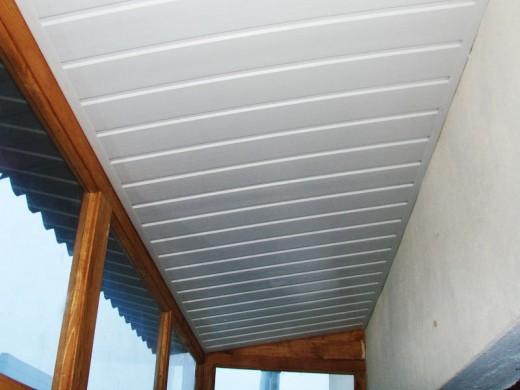 Реечный потолок на балконе на снимке