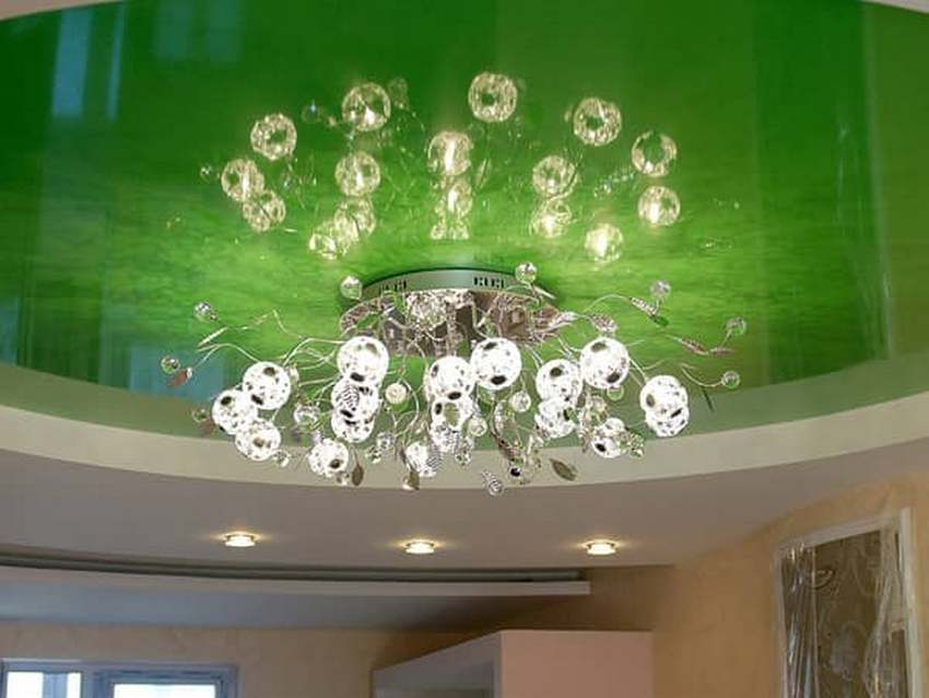 При выборе осветительных приборов для натяжного потолка следует учесть особенности его конструкции