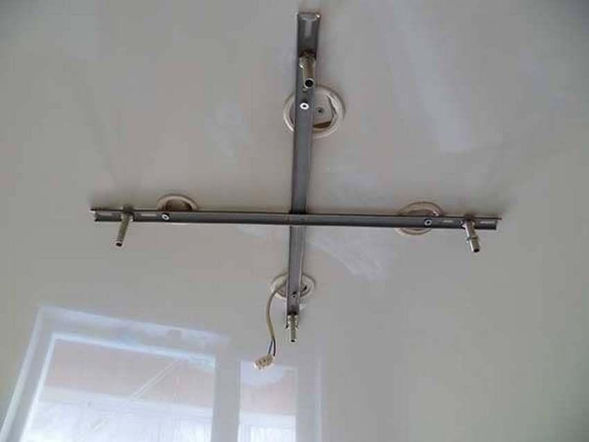 Монтаж люстры на натяжной потолок с помощью крестообразной планки можно выполнить самостоятельно, однако он потребует от вас предельной внимательности и точности