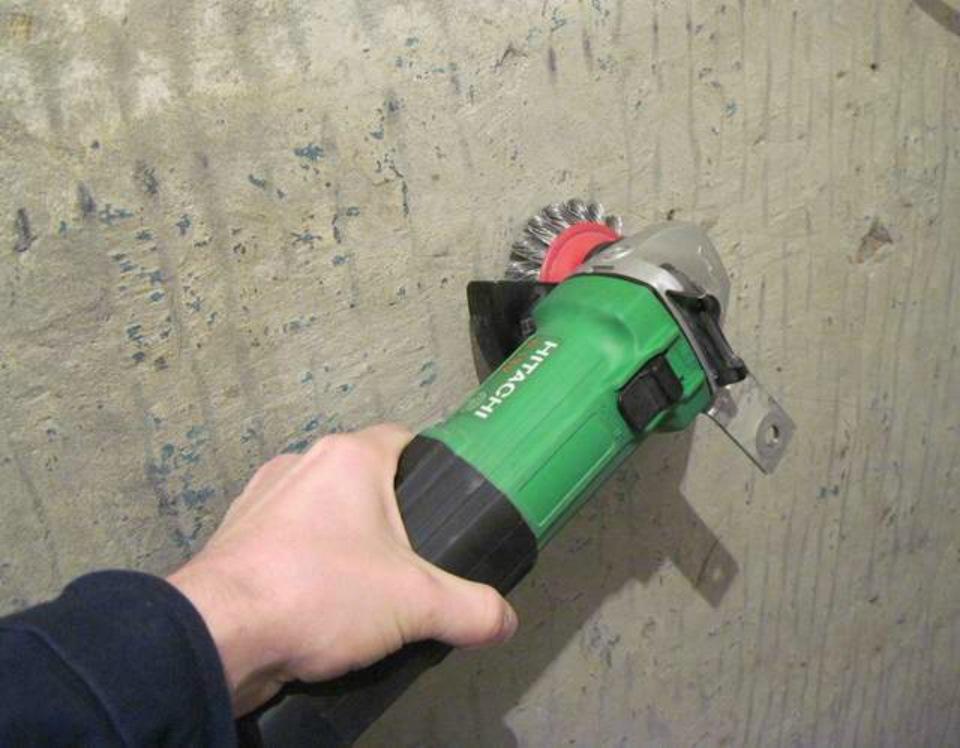"""Чистить потолок от водоэмульсионной краски с помощью металлической щетки нужно крайне аккуратно, чтобы не """"снять"""" основное покрытие"""