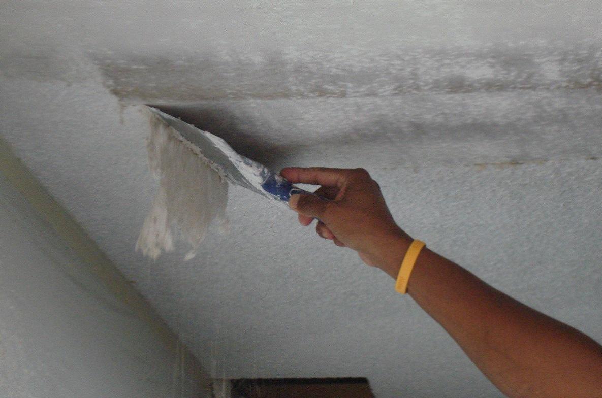 Водоэмульсионную краску с потолка просто и эффективно удаляют с помощью специнструментов