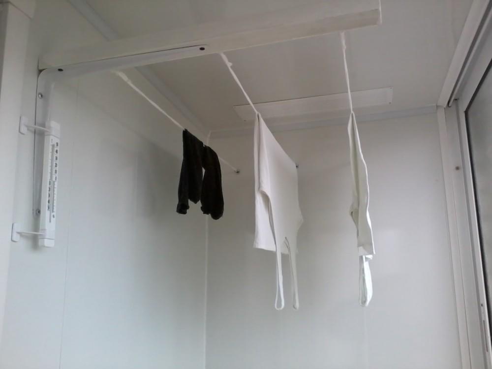 Достаточно популярной для обустройства небольшой ванной комнаты является настенно-потолочная сушилка для белья