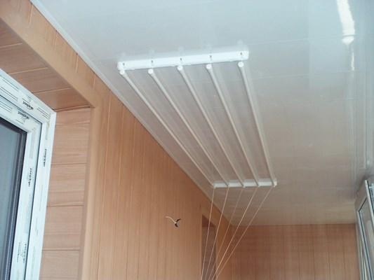 Достаточно практичной и удобной в использовании является потолочная сушилка для белья