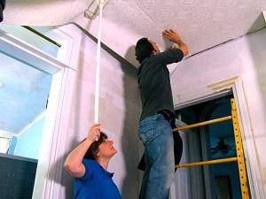 Процесс обклейки потолка флизелиновыми обоями