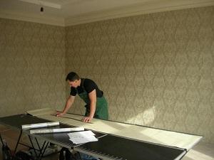 Подготовка обоев для потолка