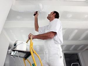 Покраска потолка белой акриловой краской под флизелиновые обои