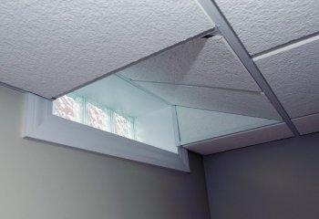 Подвесной потолок из стекловолоконных кассет в цокольном этаже