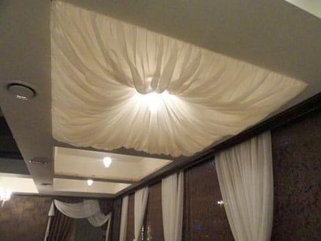 Украшение из ткани на потолке