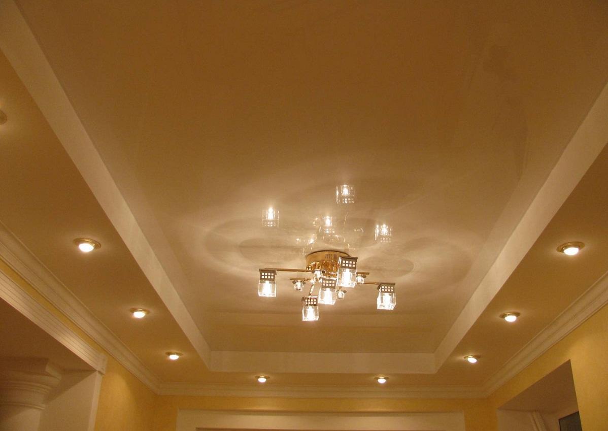 Гипсокартонный двухуровневый потолок способен визуально изменить геометрию комнаты, придав ей оригинальности