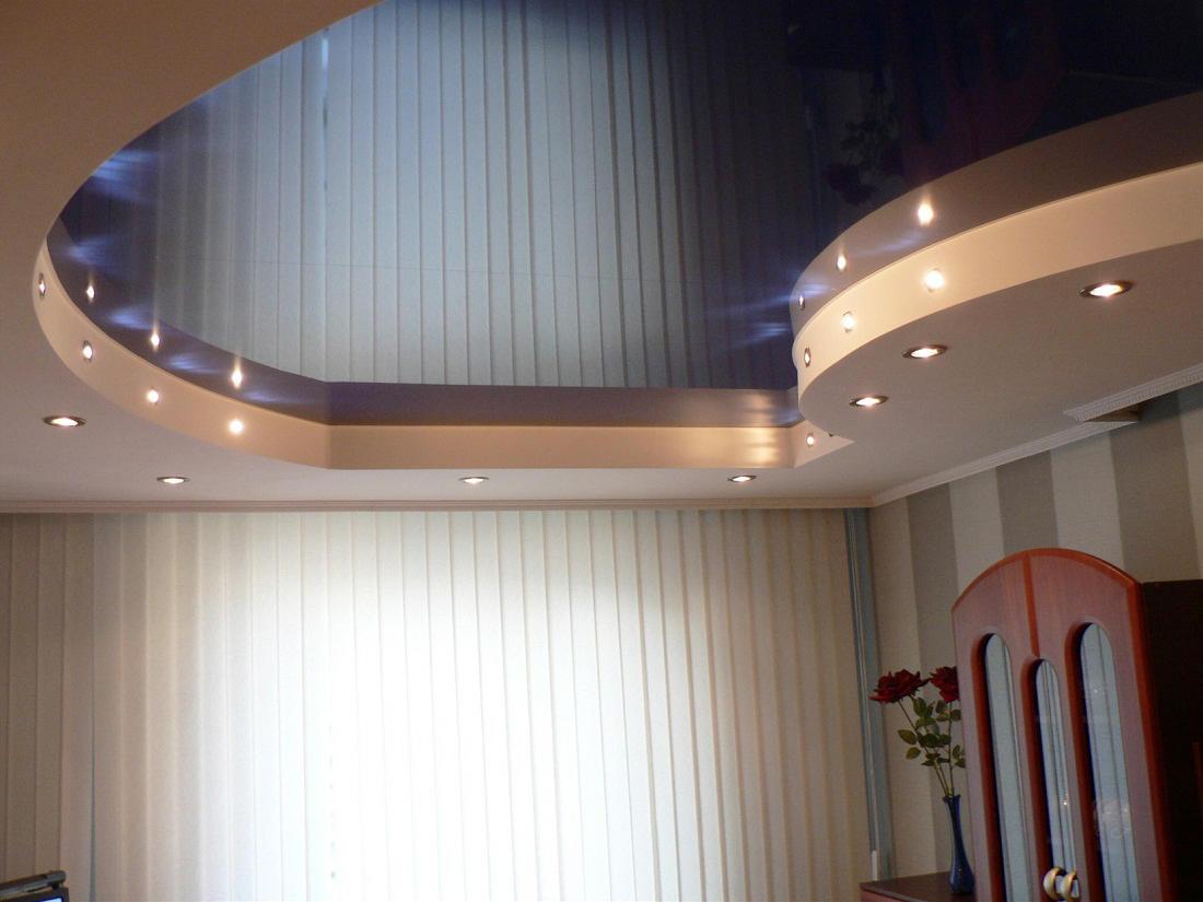 Двухуровневый потолок в сочетании с точечными светильниками отлично вписывается в интерьер, сделанный в стиле хай-тек