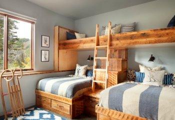 Интерьер кантри с двухъярусными кроватями