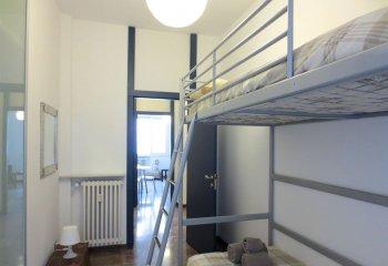 Пристенная кровать в двух уровнях