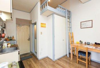 Чердачная кровать – идеальный вариант для небольшой комнаты с высоким потолком