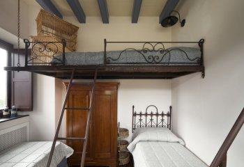 При жёсткой экономии места под потолком можно обустроить двухспальное место