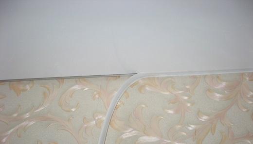 На фото наглядный пример маскировочной ленты в зазоре между потолком и стеной