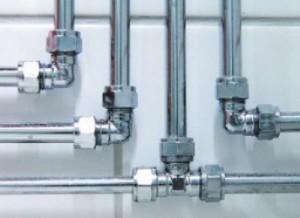 Водопровод из металлических труб и переходников