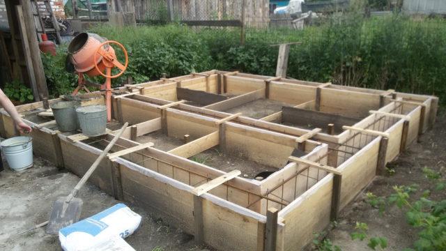 Весь бетон заливать в металлический каркас за один день